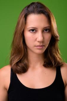 Młoda piękna wieloetniczna kobieta przeciwko zieleni