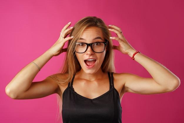 Młoda piękna zestresowana kobieta cierpi na bóle głowy z rękami na głowie