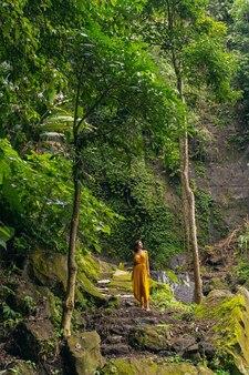 Młoda piękność. zrelaksowana młoda kobieta ciesząca się pięknem dzikiej przyrody podczas spacerów i medytacji