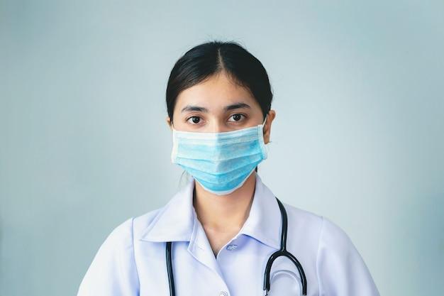 Młoda pielęgniarka nosząca maskę zapobiegającą zarazkom