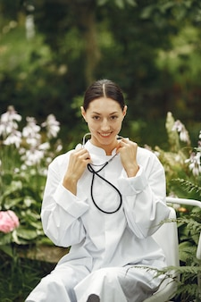 Młoda pielęgniarka w plenerze. kobieta lekarz. obraz do reklamy osiągnięć naukowych w przemyśle spożywczym i medycznym.