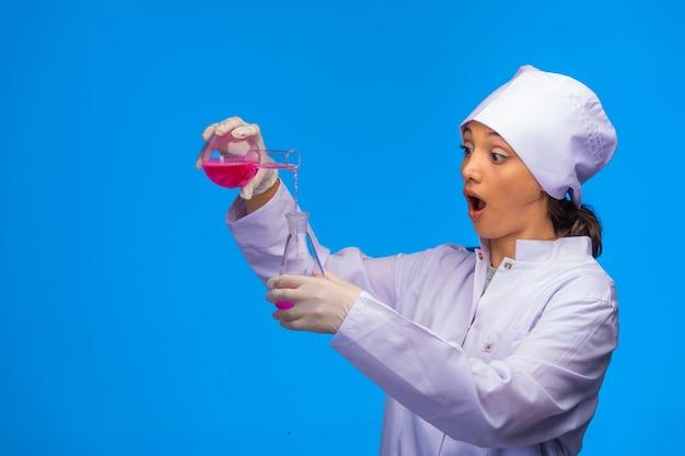 Młoda pielęgniarka wykonuje testy laboratoryjne