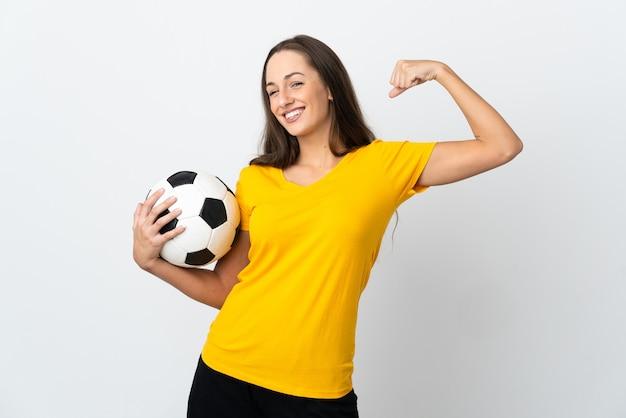 Młoda piłkarka kobieta na białym tle robi silny gest