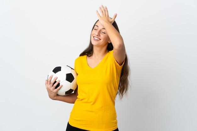 Młoda piłkarka na białym tle uświadomiła sobie coś i zamierza znaleźć rozwiązanie