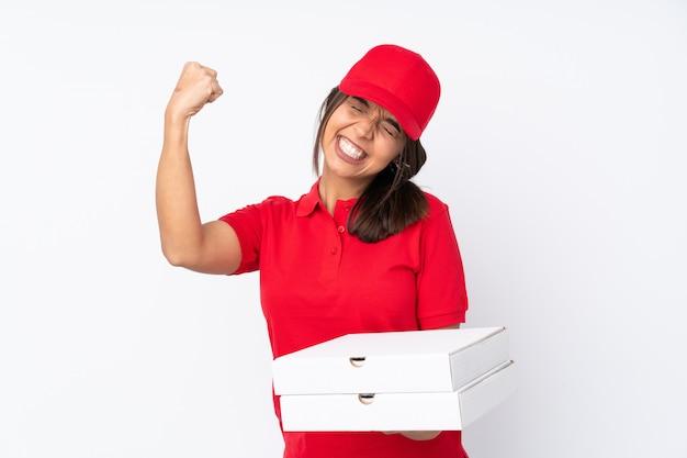 Młoda pizza dostawa dziewczyna na pojedyncze białe ściany świętuje zwycięstwo