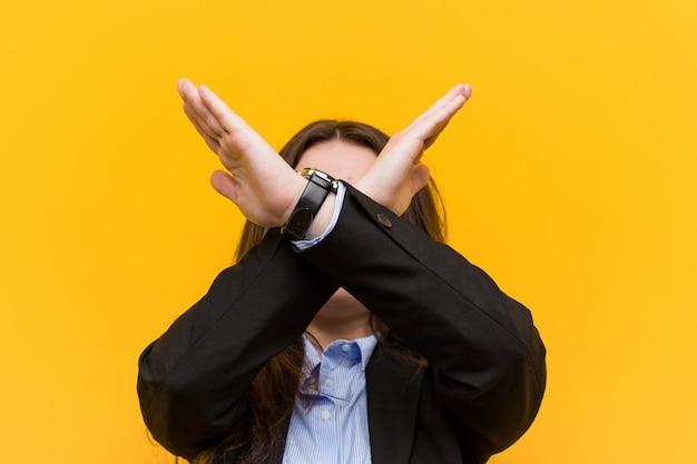 Młoda plus rozmiar kaukaski kobieta trzymając dwie ręce skrzyżowane, odmowa koncepcji.