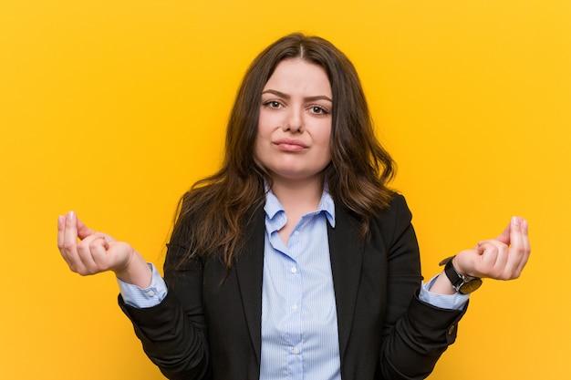 Młoda plus size kaukaska biznesowa kobieta pokazuje, że nie ma pieniędzy.