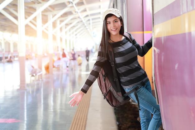 Młoda podróżnicza kobieta z plecakiem dostaje w pociągu