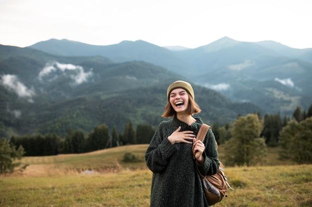 Młoda podróżniczka ciesząca się wiejskim otoczeniem