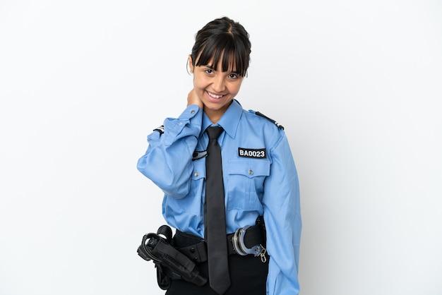 Młoda policja mieszana rasa kobieta na białym tle śmiech