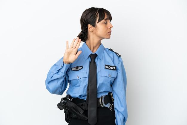Młoda policja mieszana rasa kobieta na białym tle, wykonując gest zatrzymania i rozczarowana