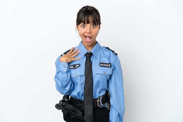 Młoda policja mieszana rasa kobieta na białym tle z niespodzianką wyraz twarzy