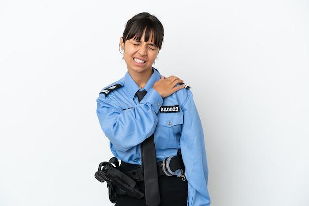 Młoda policja mieszanej rasy kobieta na białym tle cierpi na ból w ramieniu za wysiłek