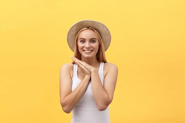Młoda powabna blond kobieta z szczęśliwą wychodzącą emocjonalną twarzą patrzeje kamerę