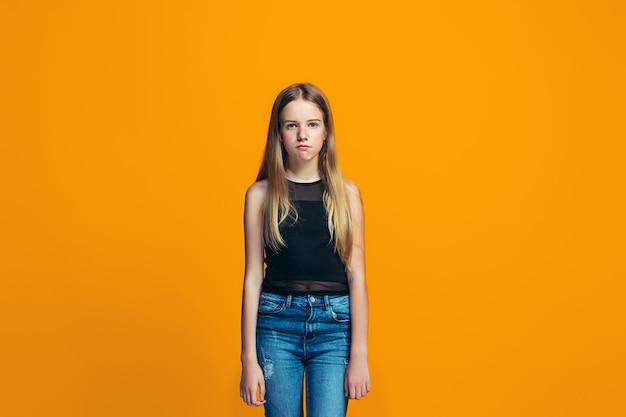 Młoda poważna miło teen dziewczyna. koncepcja wątpliwości.