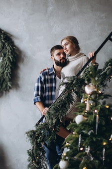 Młoda pozytywna para kaukaska przytulanie i relaks w przytulnej sypialni razem. pozytywne emocje, seksowna para koncepcja