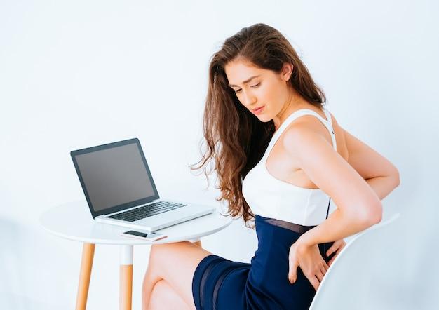 Młoda pracująca biznesowa kobieta na biurku