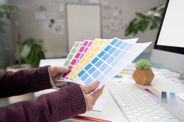 Młoda projektantka dobierająca odpowiednie kolory do logo