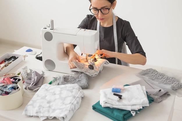 Młoda projektantka mody w swoim miejscu pracy