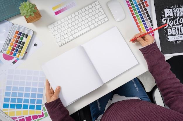 Młoda projektantka pracująca nad projektem