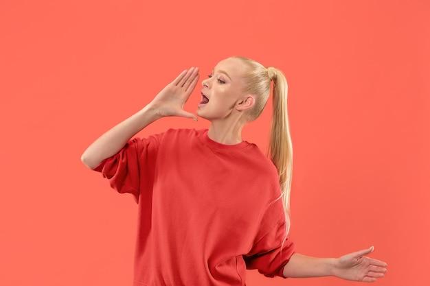 Młoda przypadkowa kobieta krzyczy.