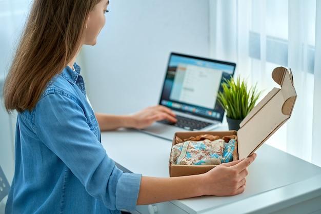 Młoda przypadkowa kobieta otrzymała przesyłkę ze sklepu internetowego