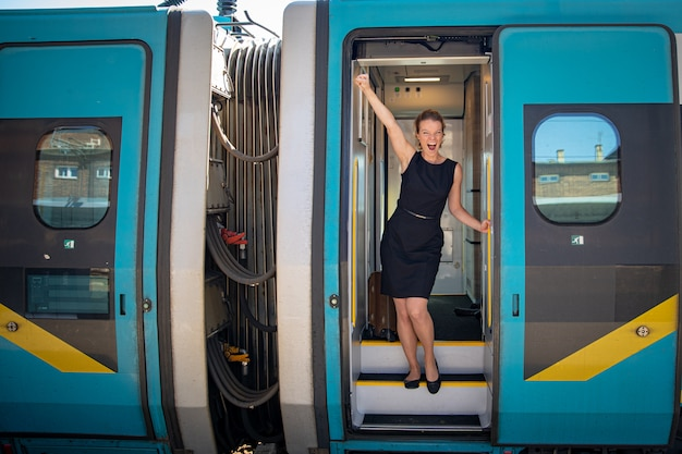 Młoda przystojna kobieta w pociągu