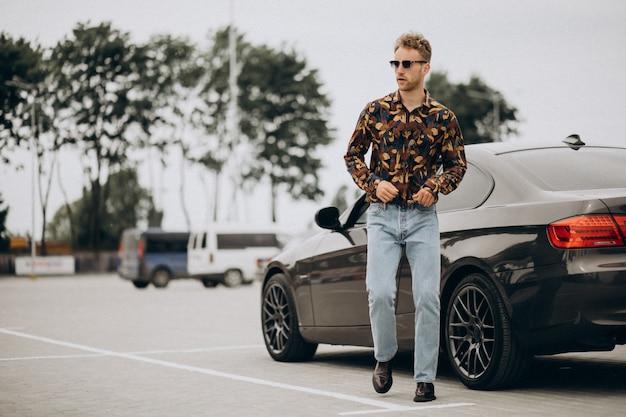 Młoda przystojna mężczyzna pozycja samochodem