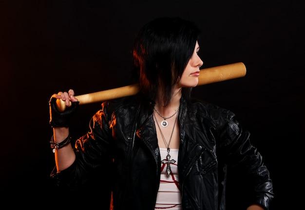 Młoda punkowa dziewczyna z kijem bejsbolowym