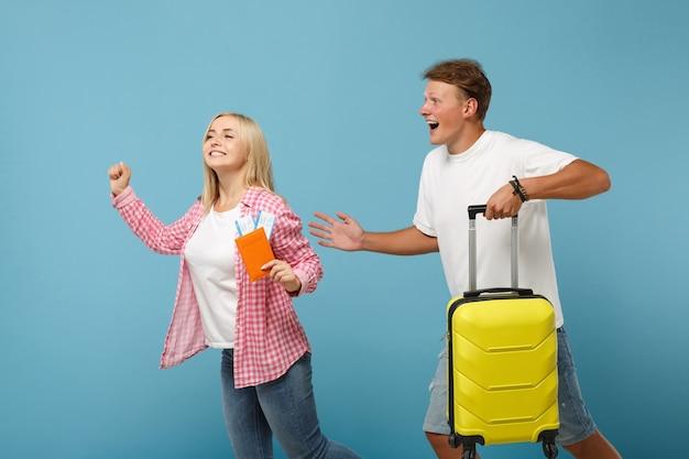 Młoda radosna para dwóch przyjaciół facet i kobieta w białych różowych koszulkach pozują