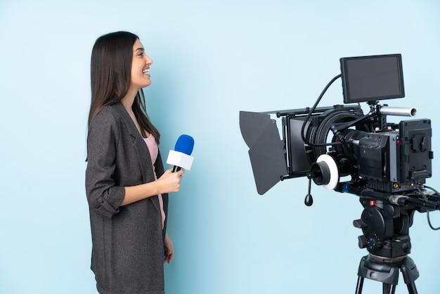 Młoda reporter kobieta nad odosobnionym
