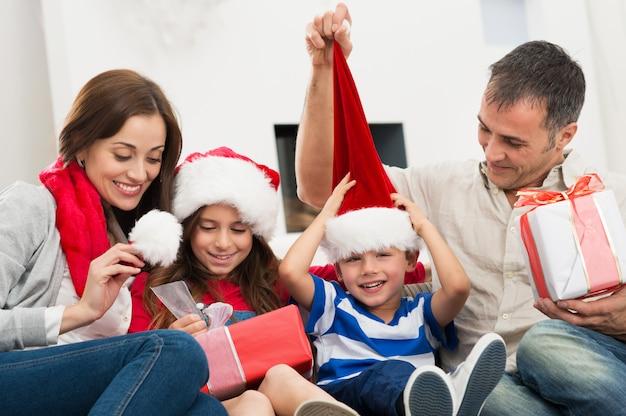 Młoda rodzina ciesząc się w boże narodzenie