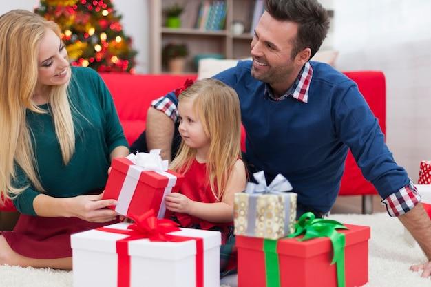 Młoda rodzina cieszy się czas bożego narodzenia