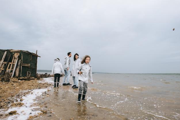 Młoda rodzina dobrze się bawi w pobliżu koszar na jeziorze