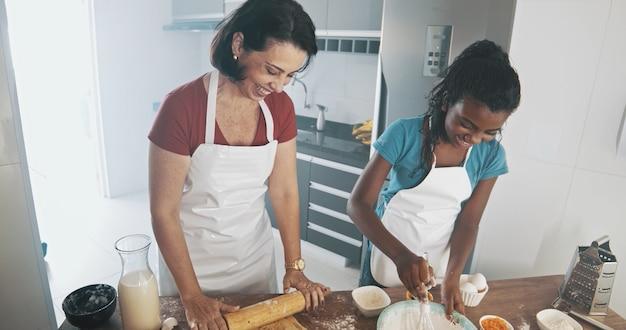 Młoda rodzina gotuje jedzenie w kuchni szczęśliwa mała dziewczynka z matką miesza ciasto