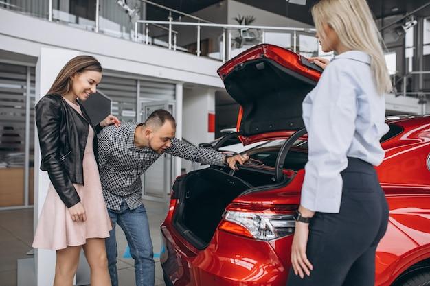 Młoda rodzina kupuje samochód