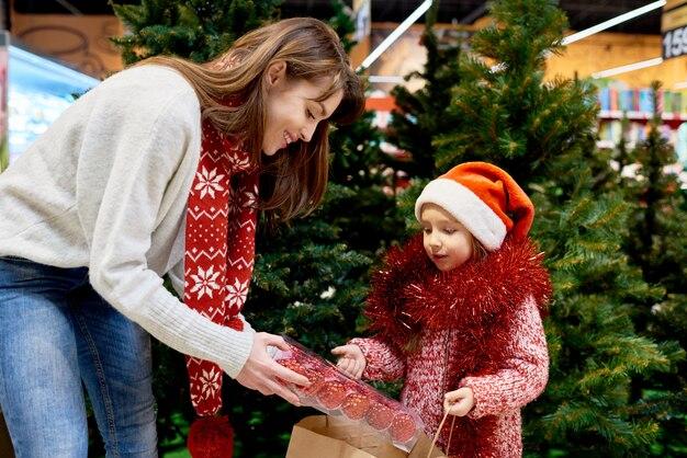 Młoda rodzina kupuje świąteczne ozdoby