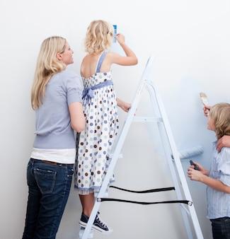 Młoda rodzina, malowanie pokoju