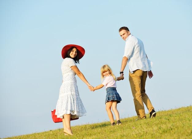 Młoda rodzina na pięknej letniej łące o szczęśliwym czasie będzie na piknik