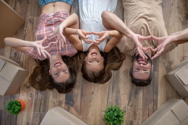 Młoda rodzina na podłodze