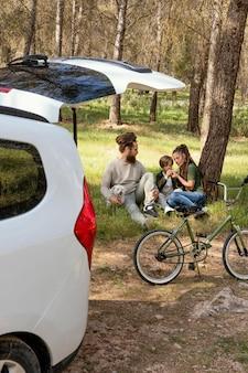 Młoda rodzina na przerwie w podróży