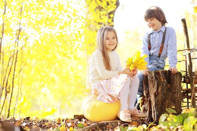 Młoda rodzina na spacerze w jesiennym parku w słoneczny dzień. szczęście być razem.