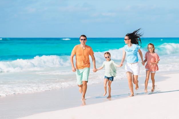 Młoda rodzina na wakacjach ma dużo zabawy