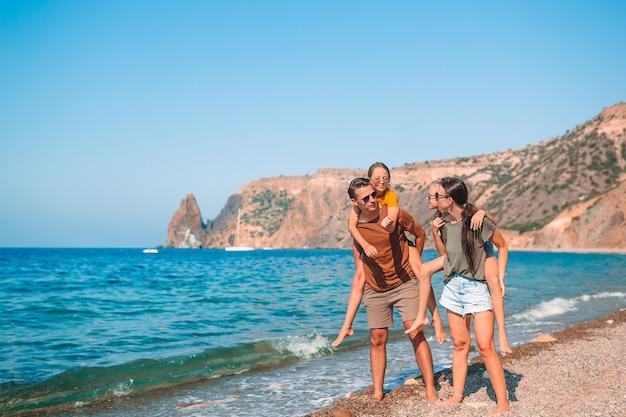 Młoda rodzina na wakacjach świetnie się bawi