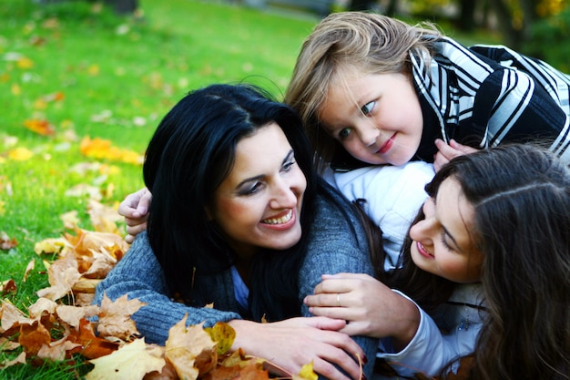 Młoda rodzina przy zdrowym spacerze przez jesień parka