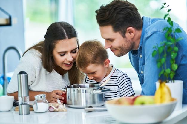 Młoda rodzina spędza razem czas w kuchni