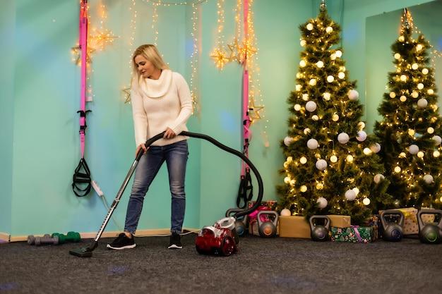 Młoda rodzina sprząta mieszkanie po przyjęciu świątecznym
