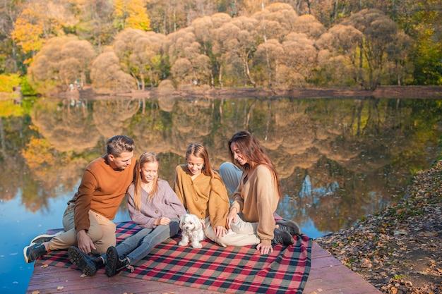 Młoda rodzina w parku jesień. portret rodzinny jesień