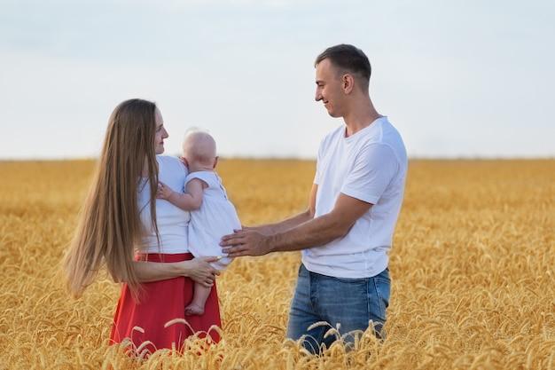 Młoda rodzina w polu pszenicy