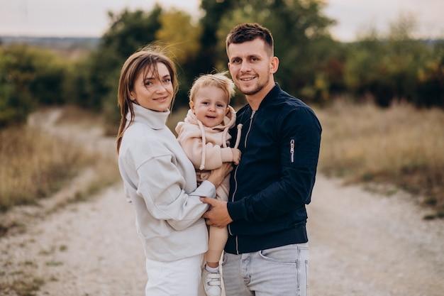 Młoda rodzina wraz z małym synkiem